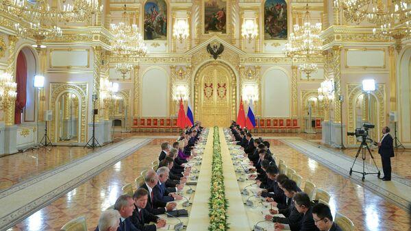 Владимир Путин и председатель Китайской Народной Республики Си Цзиньпин во время российско-китайских переговоров в составе делегаций в Кремле. 5 июня 2019