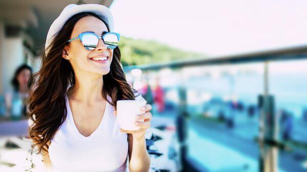 Девушка с чашкой кофе летом