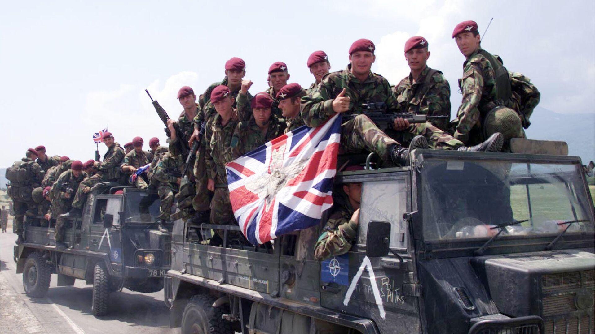 Британские солдаты по дороге к аэропорту Слатина. 12 июня 1999 - РИА Новости, 1920, 10.10.2021