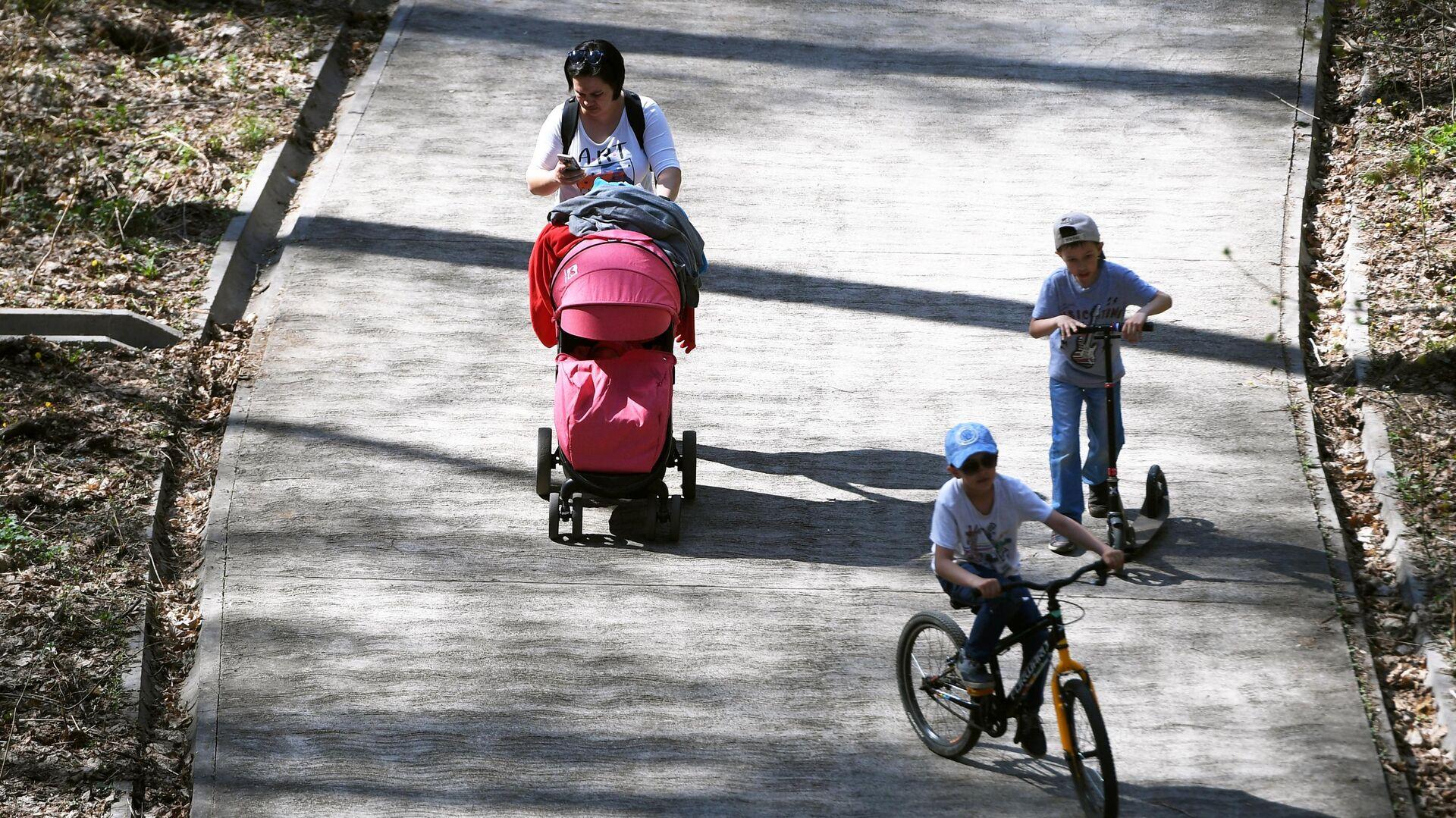 Женщина гуляет с детьми в парке  - РИА Новости, 1920, 03.03.2020
