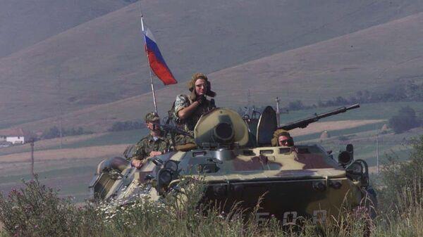 Российские солдаты патрулируют периметр удерживаемого аэропорта Слатина в Приштине