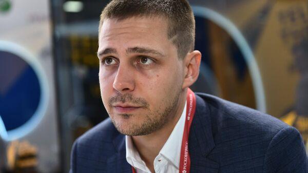 Актер Милош Бикович во время интервью на стенде МИА Россия сегодня во второй день ПМЭФ