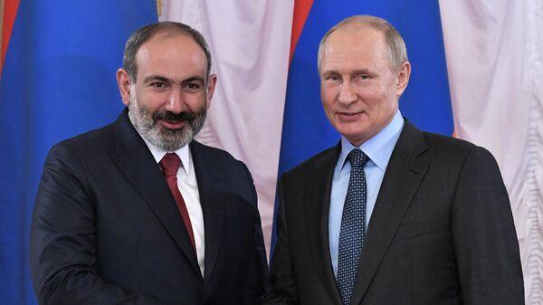 Президент РФ Владимир Путин и премьер-министр Армении Никол Пашинян во время встречи на полях Петербургского международного экономического форума