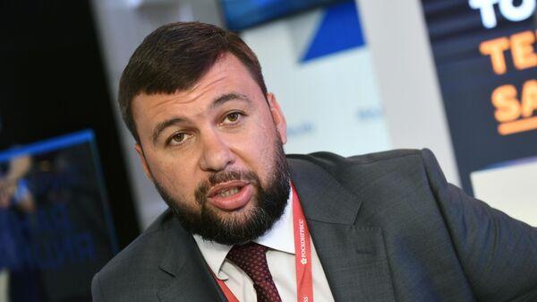 Глава ДНР Денис Пушилин во время интервью на стенде МИА Россия сегодня во второй день ПМЭФ