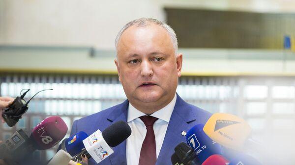 Президент Молдавии Игорь Додон общается с журналистами после заседания кабинета министров в парламенте Молдавии в Кишиневе