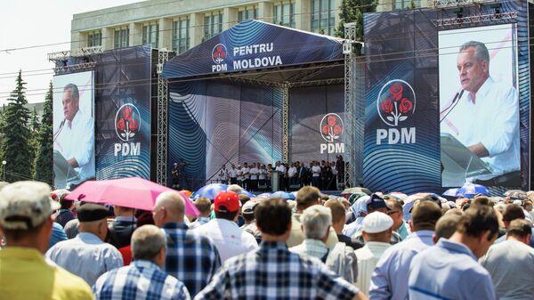 Участники митинга сторонников Демократической партии у здания правительства Молдавии в Кишиневе