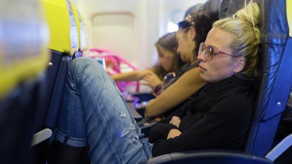 Женщина в салоне самолета