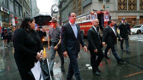Губернатор Нью-Йорка Эндрю Куомо на месте столкновения вертолета со зданием на Манхеттене, Нью-йорк. 10 июня 2019