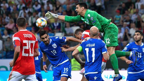 Вратарь сборной Кипра Урко Рафаэль Пардо (второй справа)