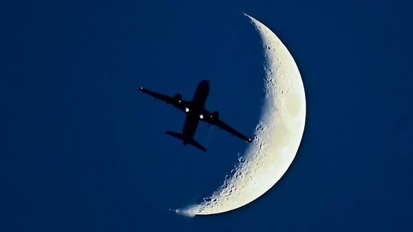 Самолет Airbus A320 на фоне растущей Луны
