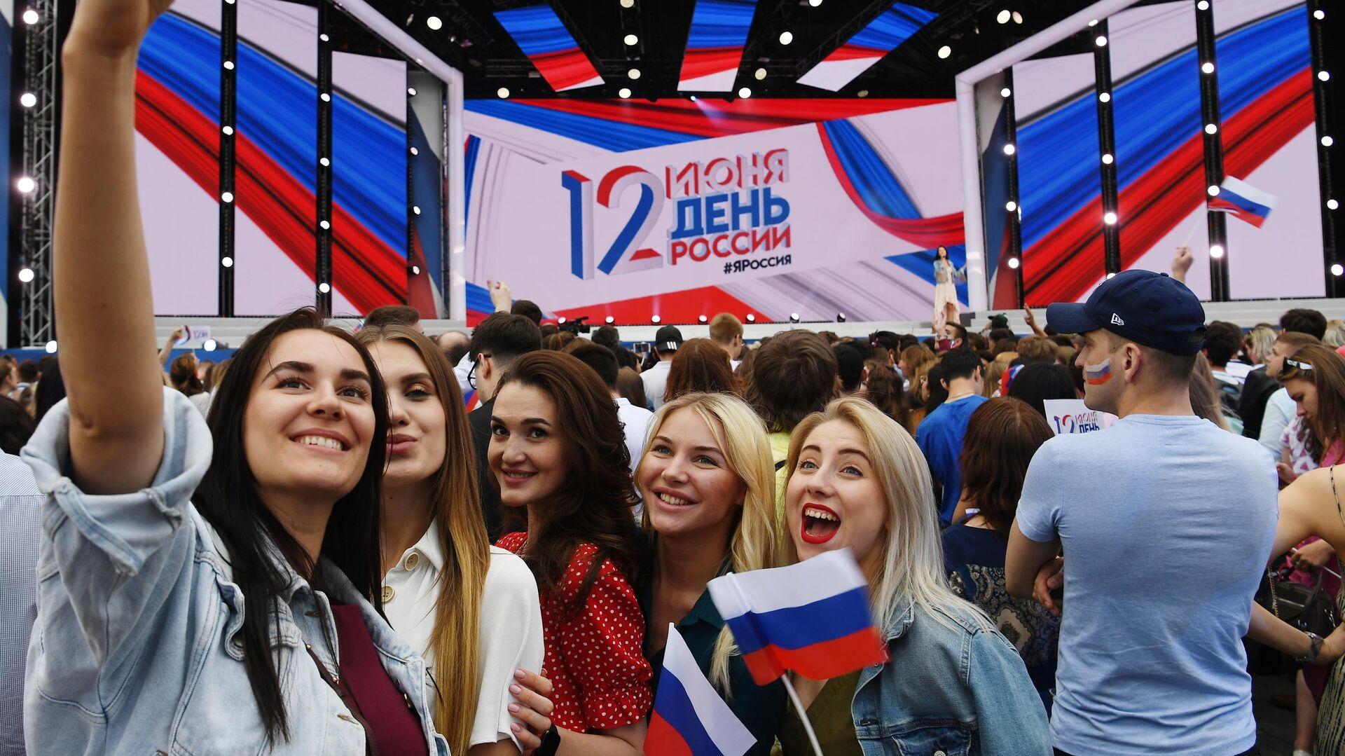 Девушки на праздничном концерте на Красной площади по случаю празднования Дня России - РИА Новости, 1920, 12.06.2021