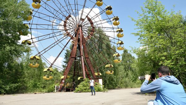 Туристы во время экскурсии в зону отчуждения Чернобыльской атомной электростанции (ЧАЭС) имени Владимира Ильича Ленина в городе Припять