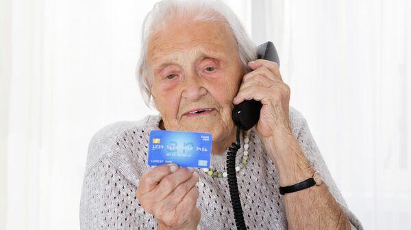 Пожилая женщина с банковской картой