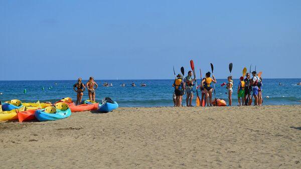 Туристы на пляже Испании