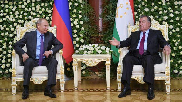 Владимир Путин и президент Таджикистана Эмомали Рахмон во время встречи в Душанбе. 14 июня 2019