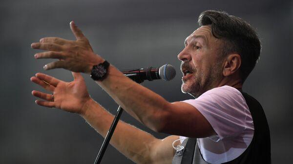 Лидер Группировки Ленинград Сегей Шнуров выступает на концерте на стадионе Открытие Арена в Москве