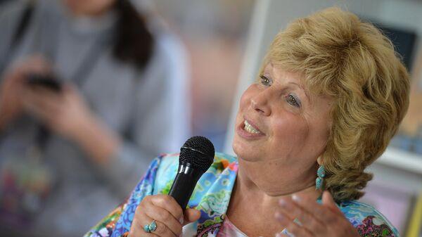Поэтесса Лариса Рубальская выступает на книжном фестивале Красная площадь в Москве