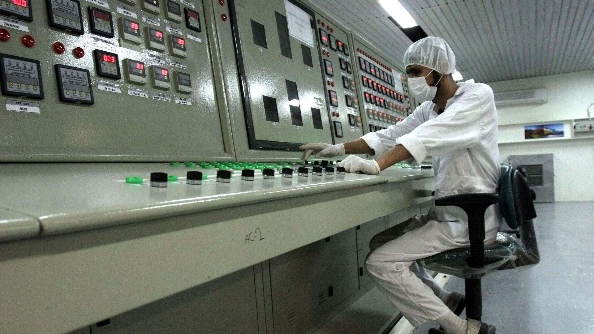 Иранский техник работает на предприятии по переработке урана - РИА Новости, 1920, 17.03.2021