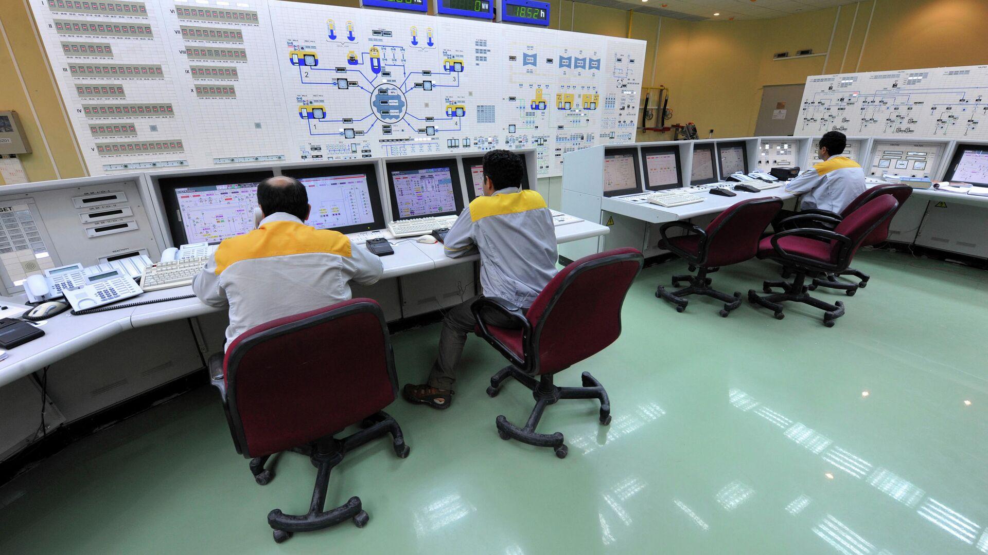 Иранские специалисты работают на АЭС Бушер - РИА Новости, 1920, 29.11.2020
