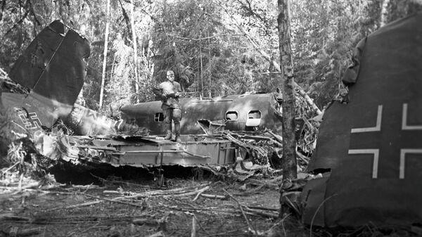 Сбитый советскими зенитчиками немецкий истребитель в подмосковном лесу. Оборона Москвы