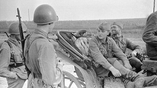 Разведчица Катя из Одессы беседует с бойцами. Район Красный Дальник