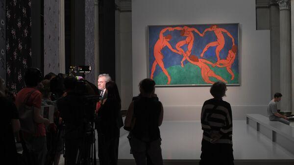 Посетители на пресс-показе выставки Щукин. Биография коллекции в ГМИИ. На втором плане - картина Анри Матисса Танец