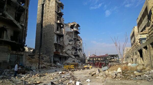 Здания, разрушенные в ходе боевых действий между правительственными войсками и боевиками в одном из районов восточной части сирийского Алеппо
