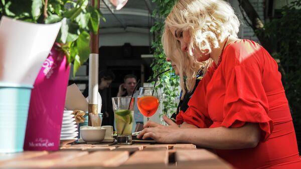 Посетительницы на летней веранде кафе