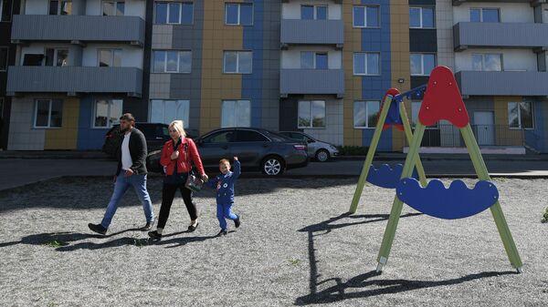 Семья во дворе нового дома в Новосибирске