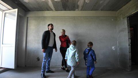 Семья осматривает квартиру нового дома