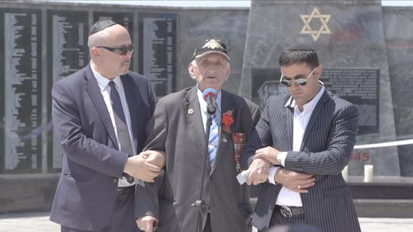 Гвардии полковник Эмиль Зигель на церемонии открытия памятника евреям - жертвам нацистов в Минводах