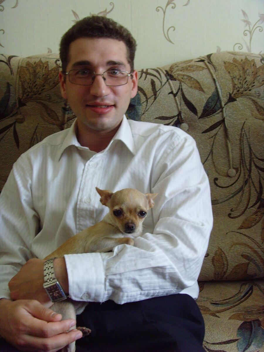 Константин дома с собакой и в очках, которые позже сломали ему нос