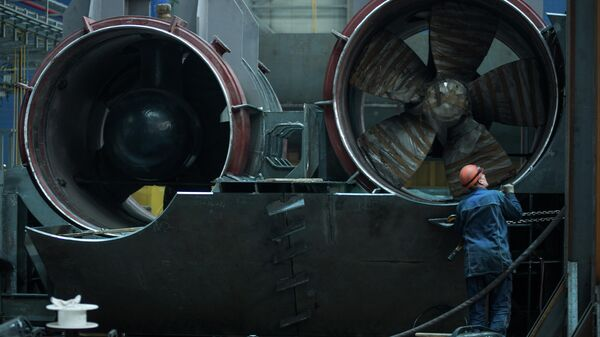 Рабочий осматривает подруливающее устройство для судна ледового класса. Верфь Звезда