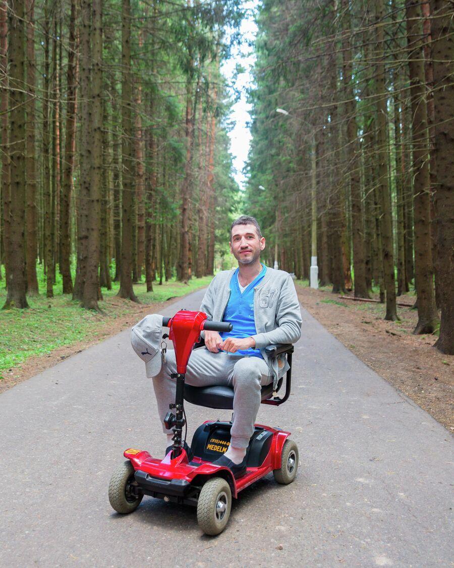 Электрическая коляска Константина на аккумуляторе способна ехать без подзарядки 15 километров