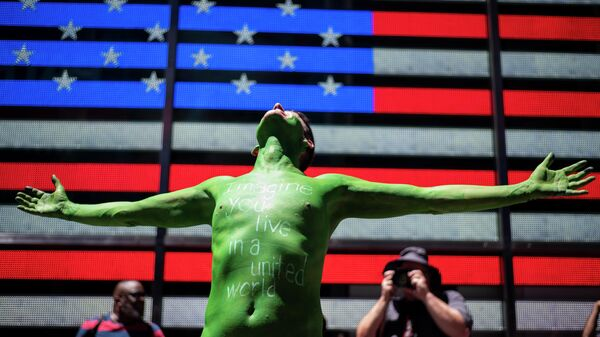 Участник акции протеста против раскола в обществе на Таймс-сквер