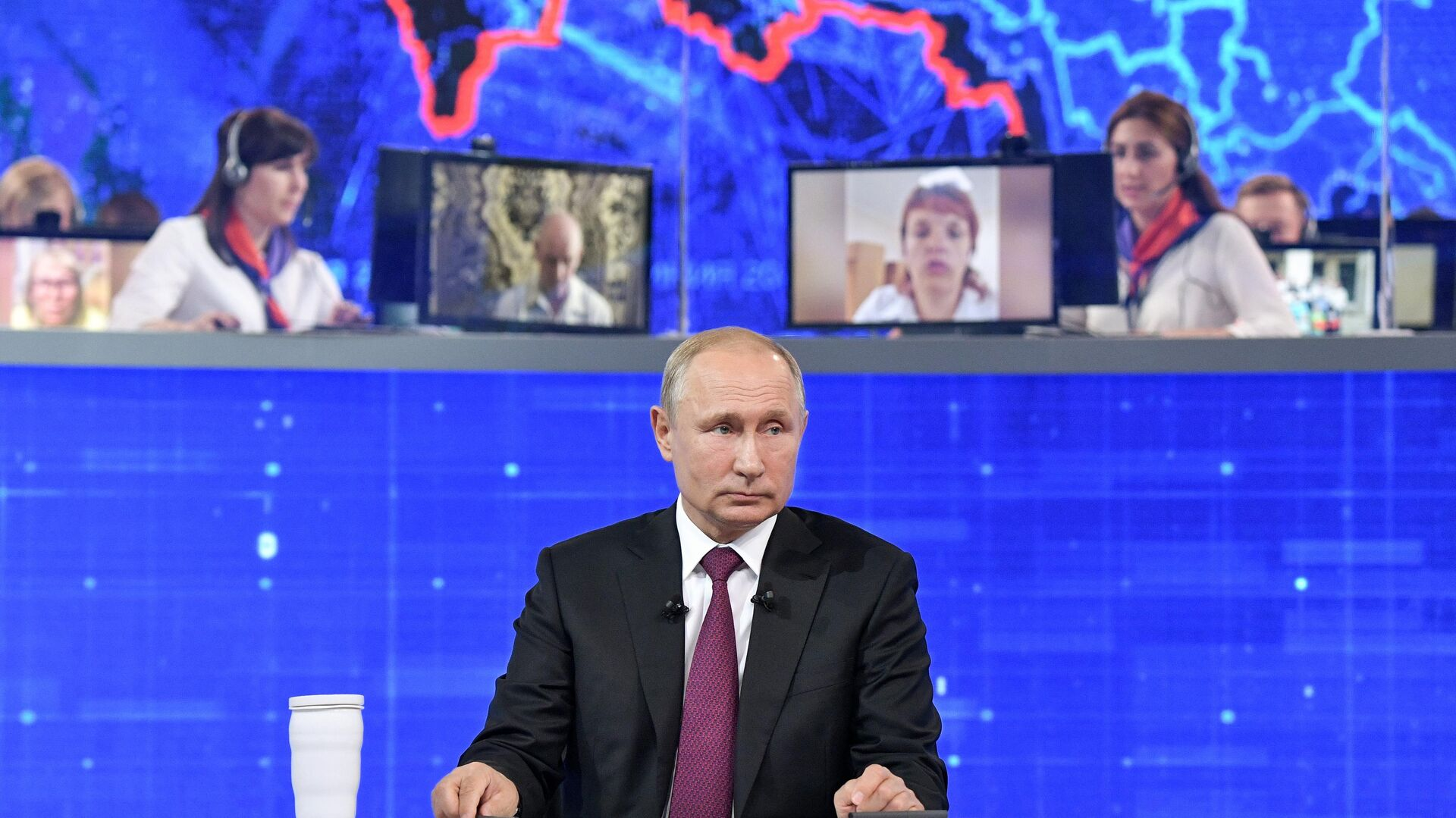 Президент РФ Владимир Путин отвечает на вопросы россиян во время ежегодной прямой линии - РИА Новости, 1920, 29.06.2021