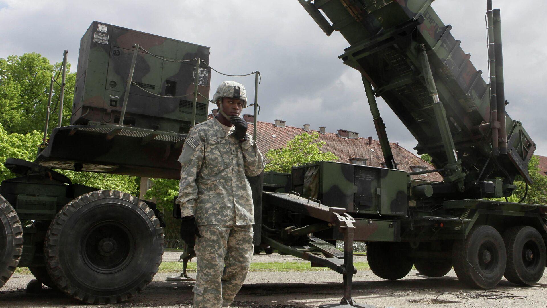 Американский военный стоит рядом с зенитно-ракетным комплексом Patriot на военной базе в Мораге, Польша - РИА Новости, 1920, 18.09.2020