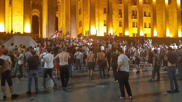 Участники акции протеста у здания парламента Грузии в Тбилиси. 21 июня 2019