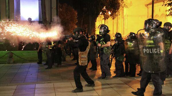 Сотрудники полиции на акции протеста у здания парламента Грузии в Тбилиси