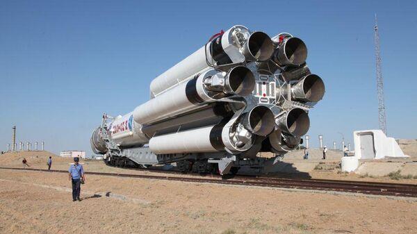 Транспортировка ракеты-носителя Протон-М на стартовую площадку космодрома Байконур