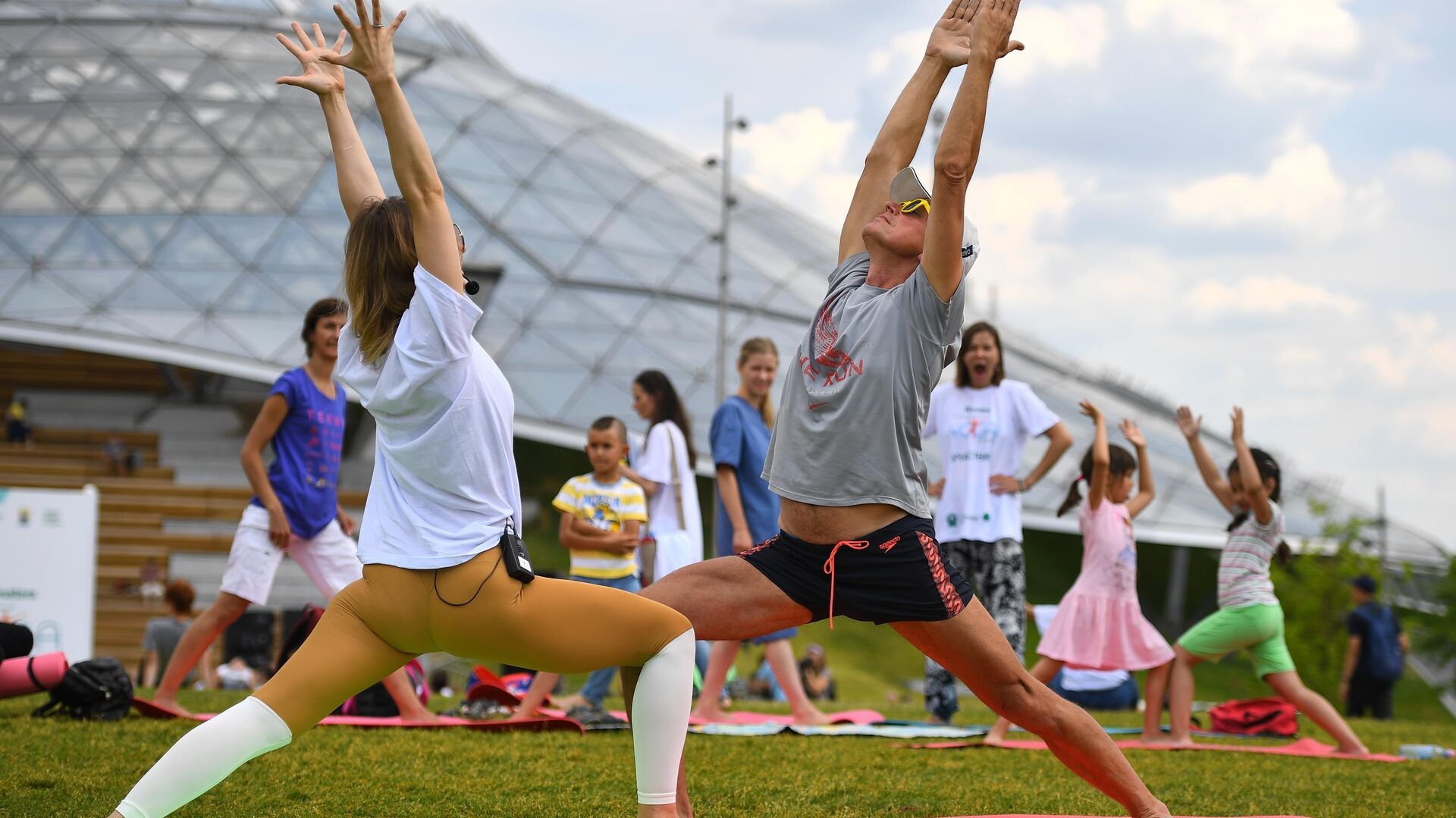 Участники проекта 365YogaDay во время V Международного фестиваля йоги в парке Зарядье - РИА Новости, 1920, 09.08.2021