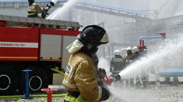 Сотрудники МЧС РФ  во время тушения пожара