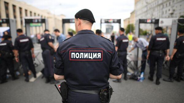 Сотрудники полиции у рамок металлоискателей на проспекте Академика Сахарова в Москве, где должен состояться митинг в поддержку журналистов Общество требует справедливости