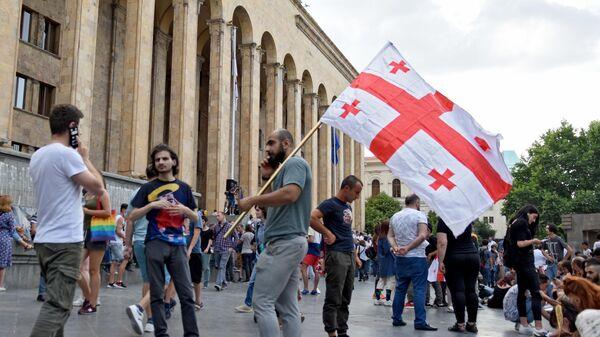 Участники акции протеста у здания парламента Грузии в Тбилиси. 25 июня 2019