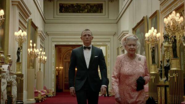 Елизавета II и Дениел Крейг в кадре из короткометражки к Олимпийским играм-2012