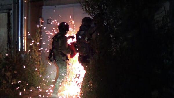 Сотрудники ФСБ РФ во время спецоперации по предотвращению подготовки теракта, планировавшегося членом ИГ* в местах массового пребывания граждан в Саратове