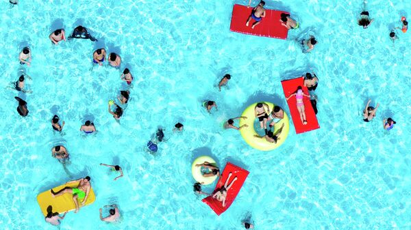 Люди отдыхают в бассейне в Ганновере, Германия