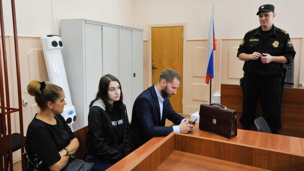 Мария Хачатурян, обвиняемая в убийстве своего отца, в Басманном суде перед началом рассмотрения ходатайства следствия о продлении меры пресечения. 26 июня 2019