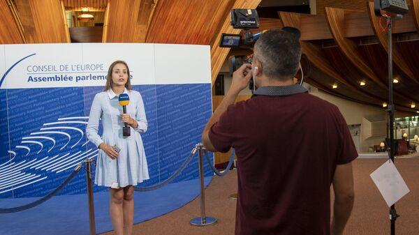 Журналисты украинского телевидения работают во время заседания Парламентской ассамблеи Совета Европы. 26 июня 2019