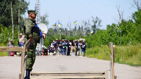 Военнослужащий ЛНР в районе пропускного пункта Станица Луганская, куда прибыли представители ОБСЕ для наблюдения за первым этапом отвода украинских подразделений